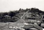 昭和44年に撮影された、六道山の一角であるお伊勢山を写したもの。殉国慰霊塔は、昭和32年に、戦禍に倒れた人々の霊を慰め、町民の敬虔なる憩いの場となるよう建立された。