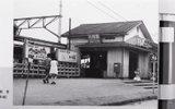 小作駅も羽村駅と同様、青梅鉄道の開通とともに開業されました。<br /> 小作駅は、青梅鉄道発起人の1人で当地方の養蚕業発展に尽力した有力者・下田伊左衛門が中心となり、土地の提供や寄付集めなどをして熱心に働きかけたことから、羽村駅とともに設置が決まりました。<br /> 開設当時の小作駅舎は木造平屋建てでしたが、駅前の発展に伴い、昭和61年に現在の駅舎となりました。