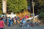 多摩市桜ヶ丘に立地する山神社の祭礼では、お神輿の渡御が2日に分かれて行われる。写真は初日の渡御が終わり、神社に戻ってきたところ。1日目の渡御では落川、東寺方地区をまわり、2日目は東寺方から聖蹟桜ヶ丘駅前まで行く。